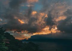 Sky Nebula (Renato Andrade Fernandes) Tags: amarelo sky landscape paisagem sol nuvens clouds wideangle praia mar sea ocean colour cor color shadow sombras natural natureza luz light skyline seascape horizonte horizon vivd
