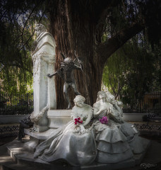 """El Amor que Pasa"". ""The love that happens"" (Capuchinox) Tags: amor love parque sevilla park estatua estatue dodgeburn seville spain españa andalucia nik olympus flor flower poesia poeta poetry"