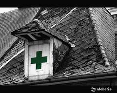 Cruz de farmacia (zalobetis) Tags: bw verde blancoynegro cruz bruselas tejado farmacia tejas ltytr1 retofs1