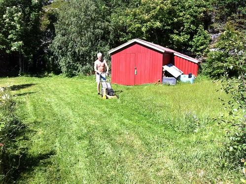 "Nyslått utafor hytta. Foto: Marianne Skogstad. <a style=""margin-left:10px; font-size:0.8em;"" href=""http://www.flickr.com/photos/110173116@N08/11116121335/"" target=""_blank"">@flickr</a>"