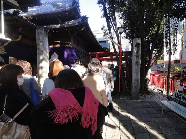 本殿の右側にはさらに行列が・・・。|千代保稲荷神社