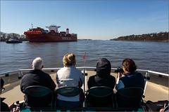 _gegenverkehr (fot_oKraM) Tags: elbe hamburg hh faehre ferry cargo freighter frachter frachtschiff fluss aussicht view