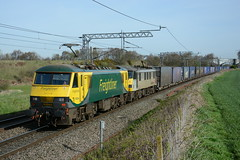 90042 and 90048 Daresbury 03/04/2017 (Brad Joyce 37) Tags: 90042 90048 4m27 freightliner daresbury class90 electric green yellow grey doubleheader freight train sunshine bluesky nikon d7100