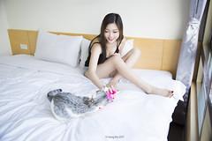 IMG_0572 (Yi-Hong Wu) Tags: 女孩 女生 女子 女人 女性 女 人 貓 寵物 互動 活動 清新 自然 美麗 動人 可愛 寵物攝影 寫真 人像 微光 唯美 夜 黑色 隱密