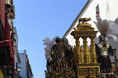 Ya se va por Águilas (Álvarez Bonilla) Tags: cielo sky cello blue blu azurro azul presentación presentation presentazione pilato hermandad sevilla seville siviglia easter dorado golden doro