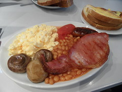Bliss breakfast (Nekoglyph) Tags: yorkshire thirsk food lunch bakedbeans sausage scrambledegg tomato bacon toast blisscafe mushrooms
