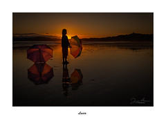 Lucía... (Canconio59) Tags: sunset ocaso atardecer alanzada pontevedra galicia españa spain colores colors playa beach mar sea cielo sky umbrella paragüas lucía modelo