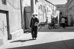 Bread for the Family (toletoletole (www.levold.de/photosphere)) Tags: fujix70 marokko zagora people street sw portrait bw porträt