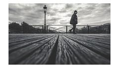 Chapeaux pointus/Sharp hats ... (Photo-LB) Tags: nikon nikon24f14mmafs 24mm lumière paris noiretblanc blackandwhite bw nb monochrome europe pontdesarts ponts streetphoto lampadaire saintgermain idf iledefrance gens