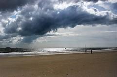 Donkere dg aan het strand (Omroep Zeeland) Tags: vlissingen strand badstrand bewolking westerschelde 14062016d7000