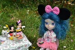 Stop taste it! (alixir2.0) Tags: disney mickey mouse souris dessin animé pullip figurine toys jouet winnie pooh time gouter jardin lourson bourriquet gateau kawaii cute doll bjd poupée enfance alixir