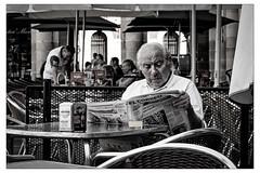 Le matin, le basque aime lire le journal (Gabi Monnier) Tags: portrait canon vacances  journal jour bilbao t espagne homme matin paysbasque vol exterieur canoneos600d gabimonnier elcorro