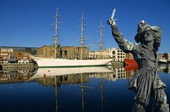Dunkerque, bassin du Commerce, le Duchesse Anne (Ytierny) Tags: france statue horizontal bronze reflet bateau voile quai navigation dunkerque nord ecole corsaire littoral flandre duchesseanne bassinducommerce troismts jeanbart museportuaire ytierny