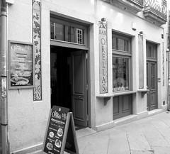 Bar Orellas (Jesus G.A.) Tags: street blackandwhite españa blancoynegro bar restaurante galicia streetphoto locales bares ourense fachadas s2980