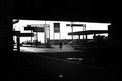 street B&N (betho itinerante) Tags: luz contraste bn blanconegro lineas sombras sol dia ciudad trabajo vidrio calle autos tren cielo nubes postes urban street streetphotography trafico monocromático auto puente estructuras