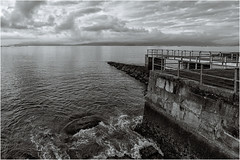 Prolongación (Fernando Forniés Gracia) Tags: españa galicia galiza pontevedra bueu playa atardecer rocas nubes mar ríadepontevedra blancoynegro bw virado monocromático paisaje paisajeurbano landscape puestadesol