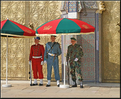 the kings guard (mhobl) Tags: soldaten soldiers fes maroc morocco red green