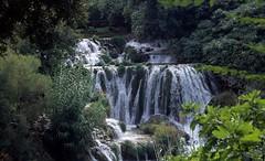 het tweede deel van de Krka watervallen, Kroatië 2004 (wally nelemans) Tags: krka watervallen waterfalls krkanationaalpark travertinewaterfall limestone karst kras croatia hrvatska 2004 krkanacionalnipark kroatië travertijnwaterval kalkgesteente