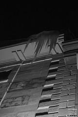 Dents de glace (Denis Hébert) Tags: denishébert anthropogeo vieuxmontréal canada ruedelacommune montreal montréal monochrome montrealnight ngc nuitmontreal nuit night noiretblanc nb bw blackandwhite blackwhite black ice glace ville city shadow shadowy darkandlight dark hiver janvier january 2017 winter ombrage ombre window