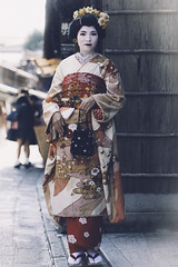 Memoirs of a Geisha (AsAbel14 - Mostly Off) Tags: alley asia asien autumn fall gasse herbst japan kyoto makemesmile memories paths people personen portrait reisen streetphotography travel vignette geisha
