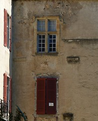 Uhart-Mixe, Pyrénées-Atlantiques: château fondé en 1518 qui possède toujours au moins (vu de la route) une fenêtre d'époque. (Marie-Hélène Cingal) Tags: france sudouest bassenavarre aquitaine nouvelleaquitaine pyrénéesatlantiques 64 fenêtres ventanas finestre windows