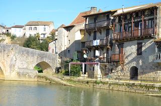 Nérac, rive droite de la Baïse au bout du vieux pont.