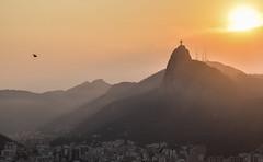Corcovado (crismdl) Tags: rio rj errejota riodejaneiro brasil bresil brazil cristoredentor cristo corcovado pãodeaçucar urca morro montanha pordosol sunset goldenhour maresia sombras
