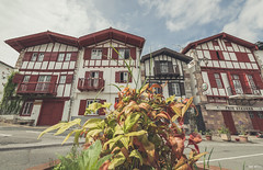 ainhoa (piki bolukua) Tags: euskalherria paysbasque paísvasco basquecountry euskadi iparraldea landscape paisaje spring holiday nikon d3200 sigma red white afternoon matte lightroom flower door windows houses rural nature outdoor street ainhoa 1020 coffe cafe