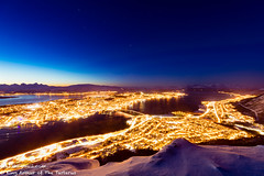 特羅姆瑟夜色(Tromso,Tromsø) (牛一隻(Arthur)) Tags: 挪威 特羅姆瑟 夜晚 光 絢麗 山 樹 天空 星星 冬天 驚艷 norway tromso night light gorgeous mountain tree sky stars winter stunning 雪 snow 城市 city 海岸 海灘 海 海洋 倒影 水 coast beach sea ocean reflection water 風景 landscape 湖泊 lake 峽灣 fjord tromsø 特浪索 夜景 景色 scenery 日落 安詳 serene canon canon5d4 canon5dmarkiv canon1635iii 黄昏 暮色 twilight nightfall 傍晚 gloaming gloam