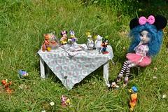 Merci pour l'invitation mais c'est  haut (alixir2.0) Tags: disney mickey mouse souris dessin animé pullip figurine toys jouet winnie pooh time gouter jardin lourson bourriquet gateau kawaii cute doll bjd poupée enfance alixir
