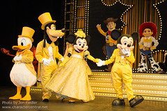 The Golden Mickeys - Greeting with Show Characters