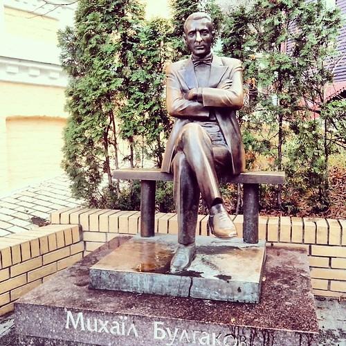 #Памятник Михаилу Булгакову: в идеальном состоянии, с отполированным до блеска носом. Воистину сильна и безганична #любовь читателей/почитателей! #булгаков #нос #андреевский_спуск #13 #музей #туя #kievblog #insta_kyiv #monument #bulgakov