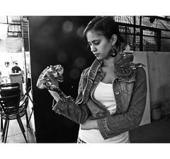 PERSA BIO-BIO 258 (ORANGUTANO / Aldo Fontana) Tags: chile santiagodechile regiónmetropolitana persabiobio rastro canong10 ciudad city blancoynegro orangutano aldofontana flickr mercadodelaspulgas calle street people serpiente mujer snake woman