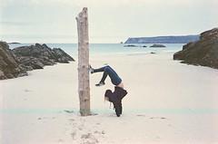 Up Down Turn Around, Scotland 2016 (Sly Panda) Tags: sly panda superia iso1600 beach north scotland white sand upside down rocks seaweed log perspective film analogue 35mm voigtlander r3a fujifilm footprints explore travel adventure
