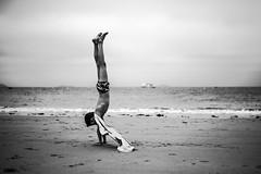 Du sable sur les pieds (PaxaMik) Tags: plage beach bretagne sable sand dusablesurlespieds équilibre vacances holidays silhouette noiretblanc noir n§b b§w black océan ocean horizon artlibres