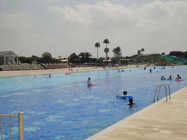 キッドプールと波の出るプールの間には、かなり大きなプールが。|サンビーチ日光川