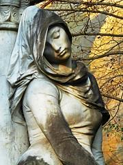 Au Père Lachaise (Les 3 couleurs) Tags: cimetières paris statues iledefrance pèrelachaise cemetaries