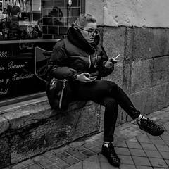 _DSF0018 (Antonio Balsera) Tags: bw bn madrid fumador gente sentada comunidaddemadrid españa es