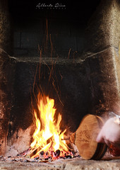 Avivando (ricoyeb) Tags: fuego largaexposición movimiento fuelle chimenea