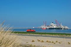 08/04/2017   Maasvlakte (SB-2013) Tags: db 6436 buitencontour pioneering spirit allseas tweede maasvlakte trein cargo 6400 schenker ship vessel