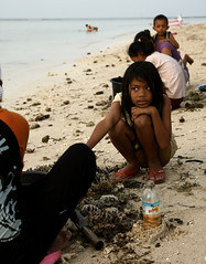 Gili Air Child (visionhunter) Tags: bali beach nature girl strand canon indonesia eos asia southeastasia natur harvest mussel mdchen indonesien kste muschel balinese sammeln 40d visionhunter