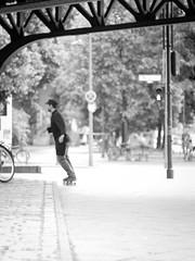 Skaten (kohlmann.sascha) Tags: street portrait people blackandwhite man berlin monochrome de deutschland traffic pavement streetphotography portrt menschen sidewalk skateboard mann monochrom schwarzweiss verkehr mensch brgersteig fortbewegungsmittel schwarzweis strase schwarzwei strae streetfotografie strasenfotografie straenfotografie portrt brgersteig