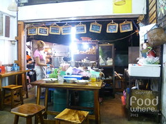 YellowCurryShop (Foodwhere) Tags: thailand bangkok noodle yellowcurry porknoodle