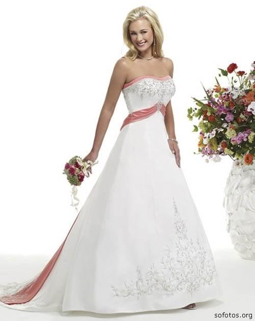 Vestido de noiva com detalhes rosa