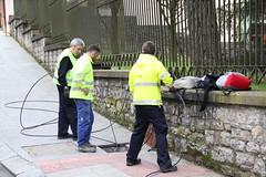 En la imagen se puede ver a tres t�cnicos de la empresa Indartel Comunicaciones realizando tareas de cableado
