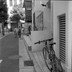 window shopping (komehachi888) Tags: kobe yashicad selfdeveloped kodaktrix400 streetcandid filmshots yashikor80mmf35