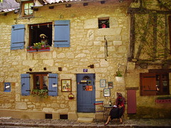 Le Colombier de Cyrano et Roxane, Bergerac (JPC24M) Tags: door mannequin window wall porte ruelle bb bedandbreakfast mur oldtown fentre faade dcoration pension flowerbox bergerac guideduroutard pensionat jardinire centrehistorique chienassis chambredhtes leroutard pensiono lecolombierdecyranoetroxane