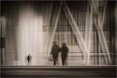 La ciudad de las sombras - The city of shadows (José Santiago [Fotografia Creativa]) Tags: josesantiago josansaru fotografiacreativa nikon nikonistas d90 movimiento barrido barridoextremo blancoynegro virado monocromo gente personas ciudad barcelona