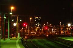 Bout du quai (8pl) Tags: rails gare nuit zurich suisse lumières tour couleurs ambiance lampadaires quai infrastructure ville paysageurbain lines lignes