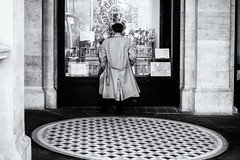 Trafalgar Square, London (Ariel DaSnapper) Tags: streetphotography street streets streetportrait candid candidshot monochrome blackandwhite bw bnw london uk fujifilm fuji fujinon xpro2 35mm
